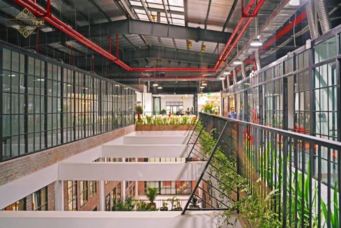 Thiết kế giếng trời mang đến không gian xanh mát cho tòa nhà.