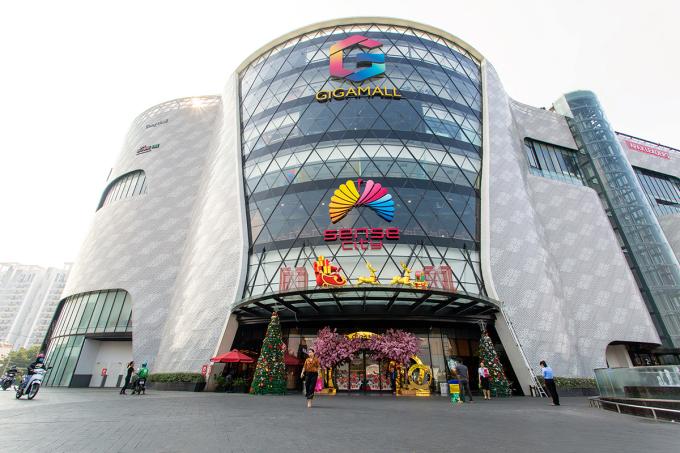 Cửa chính dẫn đến trung tâm mua sắm Gigamall. Ảnh: XIN TÊN ẢNH