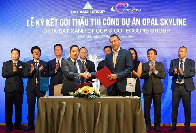 Ông Bùi Ngọc Đức - Tổng Giám đốc Tập đoàn Đất Xanh (trái) cùng ông Bolat Duisenov - Chủ tịch HĐQT Công ty CP Xây dựng Coteccons tại buổi ký kết ngày 27/1. Ảnh: Tập đoàn Đất Xanh.