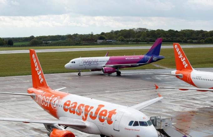 Máy bay của các hãng giá rẻ đỗ tại sân bay Luton (Anh) tháng 5/2020. Ảnh: Reuters