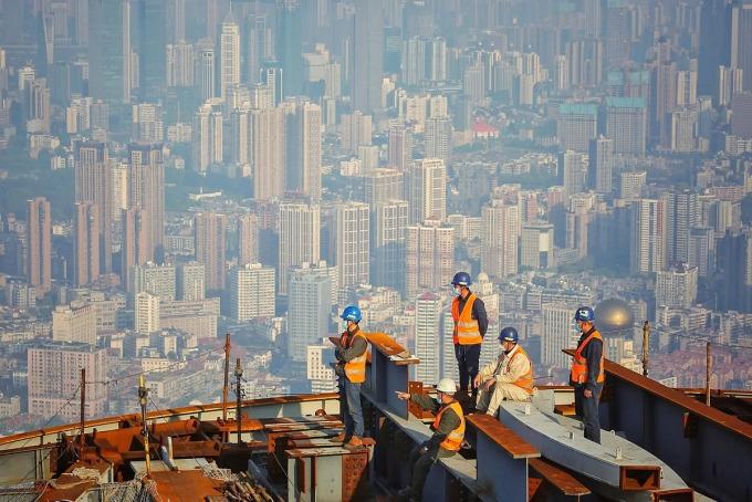 Công nhân làm việc tại công trường xây dựng Trung tâm Greenland Vũ Hán, một tòa nhà chọc trời cao 636 m ở Vũ Hán, tỉnh Hồ Bắc, Trung Quốc. Ảnh: AFP.