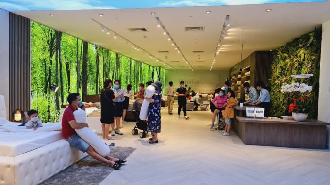 Người tiêu dùng trải nghiệm cuộc sống xanh tại các cửa hàng Kymdan, tại Gigamall, trong buổi khai trương sáng 30 tháng 1. Ảnh: Kymdan.