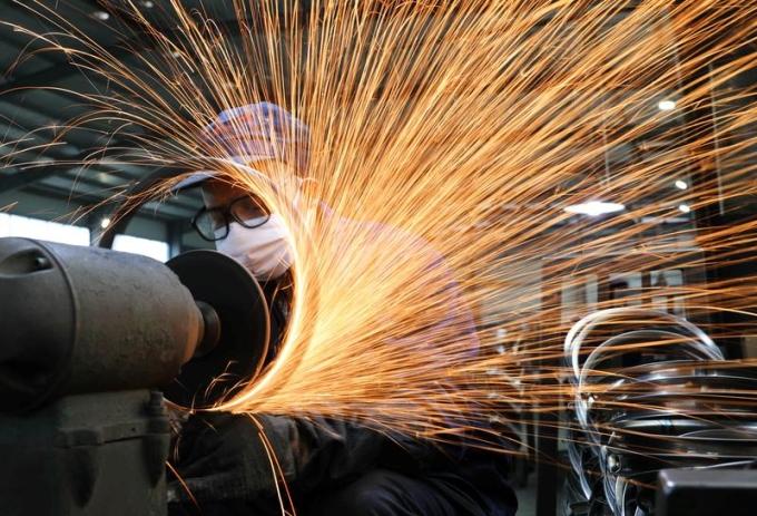 Công nhân trong một nhà máy sản xuất xe đạp tại Chiết Giang (Trung Quốc). Ảnh: Reuters
