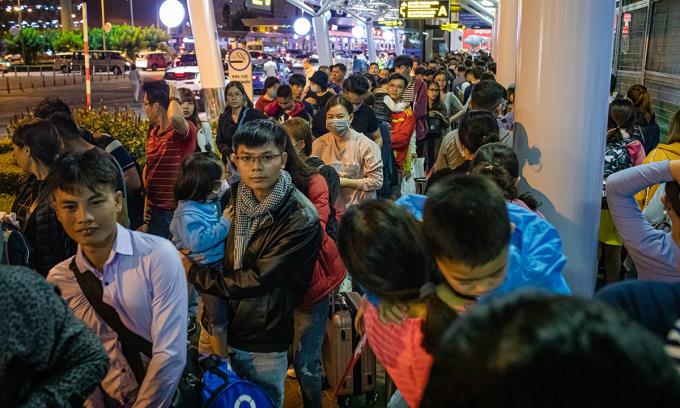 Người dân xếp hàng chờ làm thủ tục lên máy bay Tết năm ngoái tại sân bay Tân Sơn Nhất. Ảnh:Thành Nguyễn