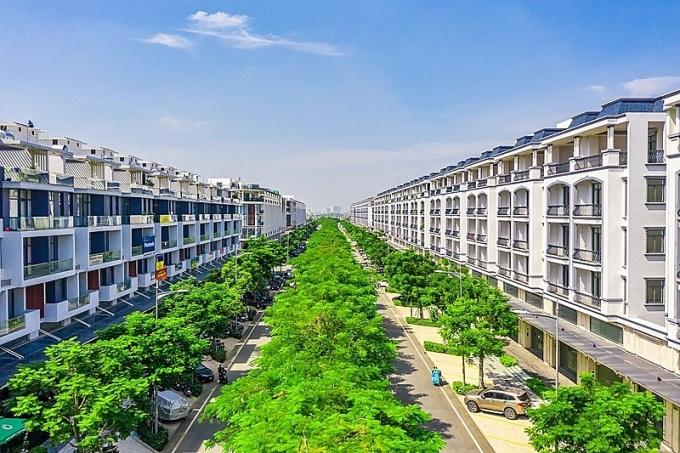 Trục đường chính Đinh Thị Thi đã phủ đầy màu xanh của cây lá. Ảnh: Vạn Phúc.