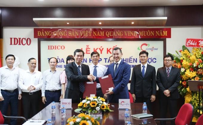 Ông Đặng Chính Trung - Tổng giám đốc Idico (trái) và ông Bolat Duisenov - Chủ tịch HĐQT Coteccons ký biên bản hợp tác chiến lược. Ảnh: Coteccons.