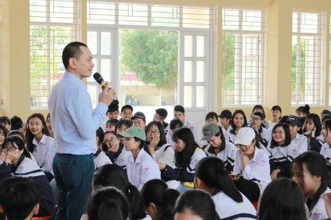 Ông Ngô Minh Tuấn trong một buối chia sẻ với các bạn trẻ. Ảnh: CEO Việt Nam Holding.