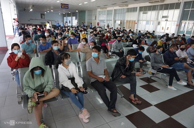 Khách chờ đổi, trả vé tàu tại ga Sài Gòn sáng 2/2.