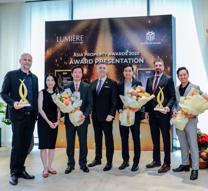 Đại diện Masterise Homes nhận giải Thiết kế kiến trúc căn hộ xuất sắc Việt Nam và Thiết kế nội thất căn hộ xuất sắc Việt Nam tại Asia Property Awards 2020. Ảnh: Masterise Homes.