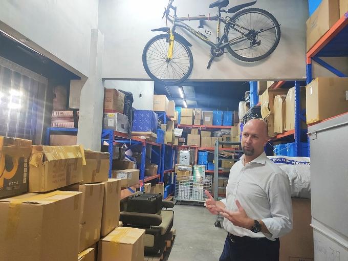 Aric Austin trong một không gian kho lưu trữ chung của công ty. Ảnh: Viễn Thông.