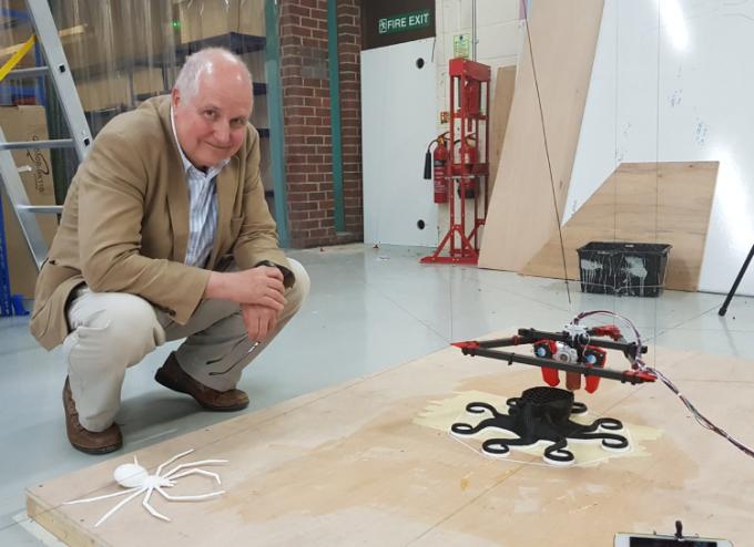 Adrian Bowyer với máy in 3D Hangprinter RepRap tại hội thảo tại E3DOnline. Ảnh: Sally Bowyer.