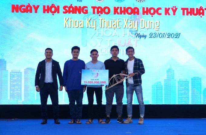 Ông Nguyễn Isamael (ngoài cùng bên trái) đại diện công ty Ricons trao giải nhất cho đội BK01 hôm 23/1.