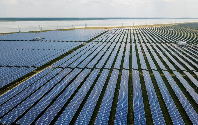 Dự án điện mặt trời Dầu Tiếng (Tây Ninh) nằm cạnh hồ Dầu Tiếng tháng 5/2019. Ảnh: Quỳnh Trần.