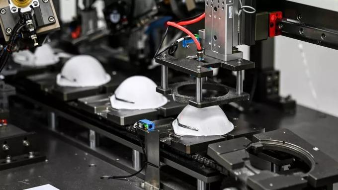 Dây chuyển sản xuất khẩu trang N95 trong nhà máy DemeTech. Ảnh: AFP.