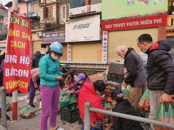 Người dân mua ủng hộ nông sản Hải Dương lúc 7h sáng 21/2 tại 38 Giải Phóng (Hà Nội). Ảnh: Đức Minh.