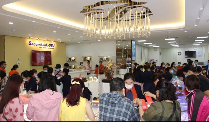 Cửa hàng của SBJ chật kín khách ngày Thần Tài. Ảnh: SBJ.
