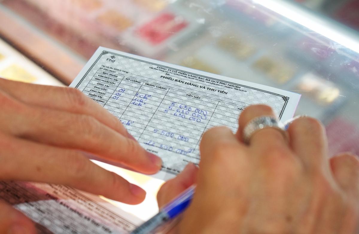 Xếp hàng chờ khai báo y tế khi mua vàng cầu may
