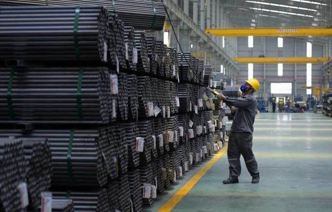 Công nhân làm việc trong nhà máy thép Hoa Sen. Ảnh: Thuỳ Dung.