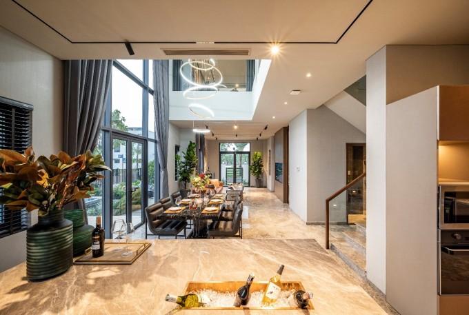 Lối thiết kế mở đề cao yếu tố kết nối thiên nhiên, tính gắn kết giữa các thành viên trong gia đình tại nhà mẫu biệt thự đảo Phượng Hoàng. Ảnh: Novaland.