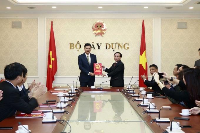 Ông Bùi Xuân Dũng (bên trái) nhận quyết định bổ nhiệm từ Thứ trưởng Nguyễn Văn Sinh. Ảnh: Bộ Xây dựng.
