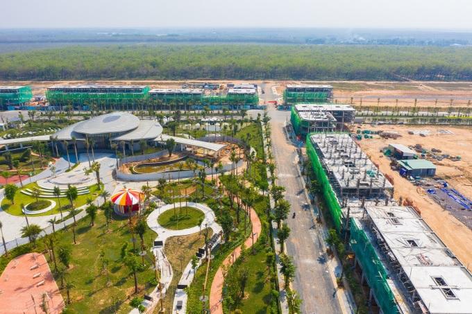 Công viên trung tâm Gem Sky Park rộng 3 ha sắp sửa khánh thành, đồng thời dãy nhà phố thương mại cũng đang trong quá trình hoàn thiện (hình cập nhật thực tế cuối tháng 2/2021). Ảnh: Hoàng Nam.