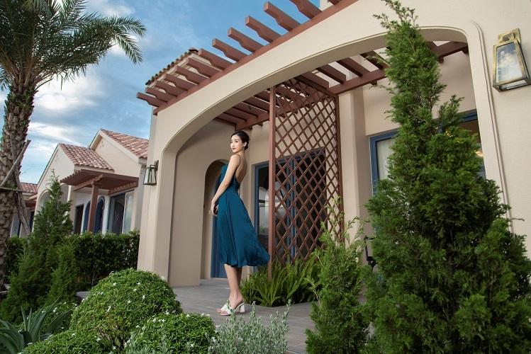 Hoa hậu Đỗ Mỹ Linh tạo dáng tại căn biệt thự Địa Trung Hải 2 phòng ngủ. Nguồn: Novaland.