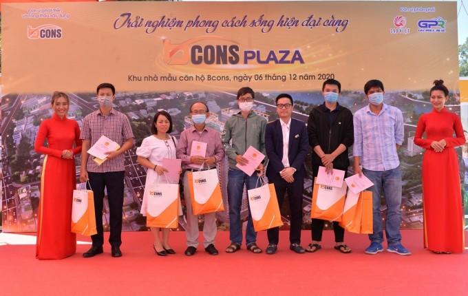 Lãnh đạo Bcons trao sổ cho cư dân Bcons Suối Tiên tại lễ ra mắt khu nhà mẫu Bcons diễn ra tháng 12/2020. Ảnh: Bcons.