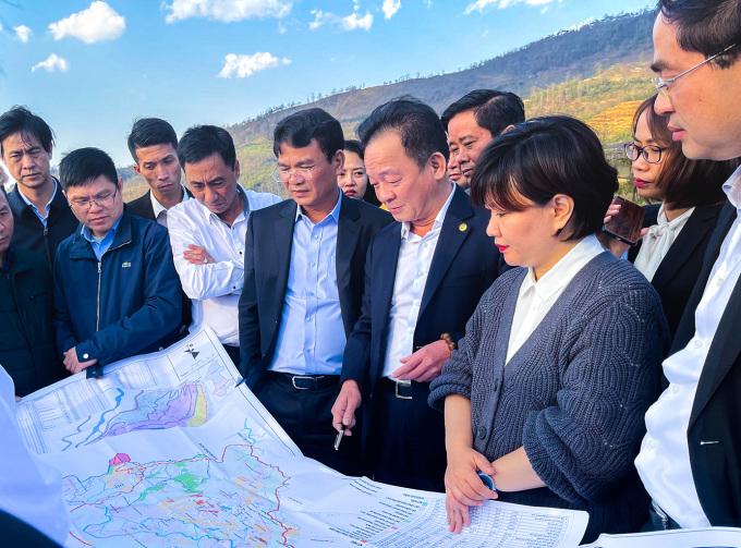 Ông Đỗ Quang Hiển (thứ ba từ phải sang) trong một chuyến khảo sát tại Lào Cai. Ảnh: T&T Group