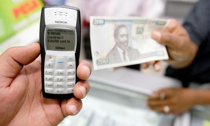 Chuyển tiền bằng trên M-Pesa bằng điện thoại Nokia vào những năm 2008. Ảnh: Vodafone.