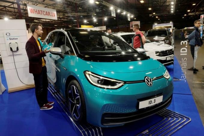 Xe điện ID.3 của Volkswagen trong một triển lãm năm ngoái. Ảnh: Reuters