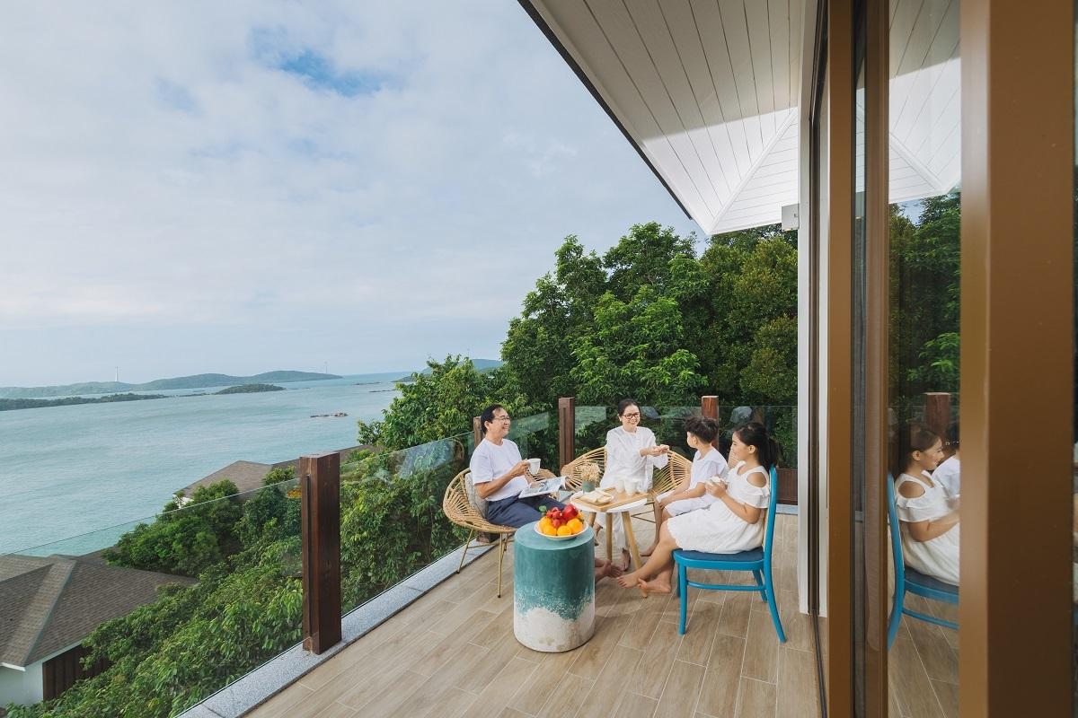 Tại đây, giới thượng lưu có thể tận hưởng kỳ nghỉ dưỡng bên gia đình và người thân vào bất kỳ thời điểm nào trong năm, khám phá hệ động thực vật phong phú và rực rỡ sắc màu qua làn nước xanh ngọc đặc trưng của vùng Nam đảo.