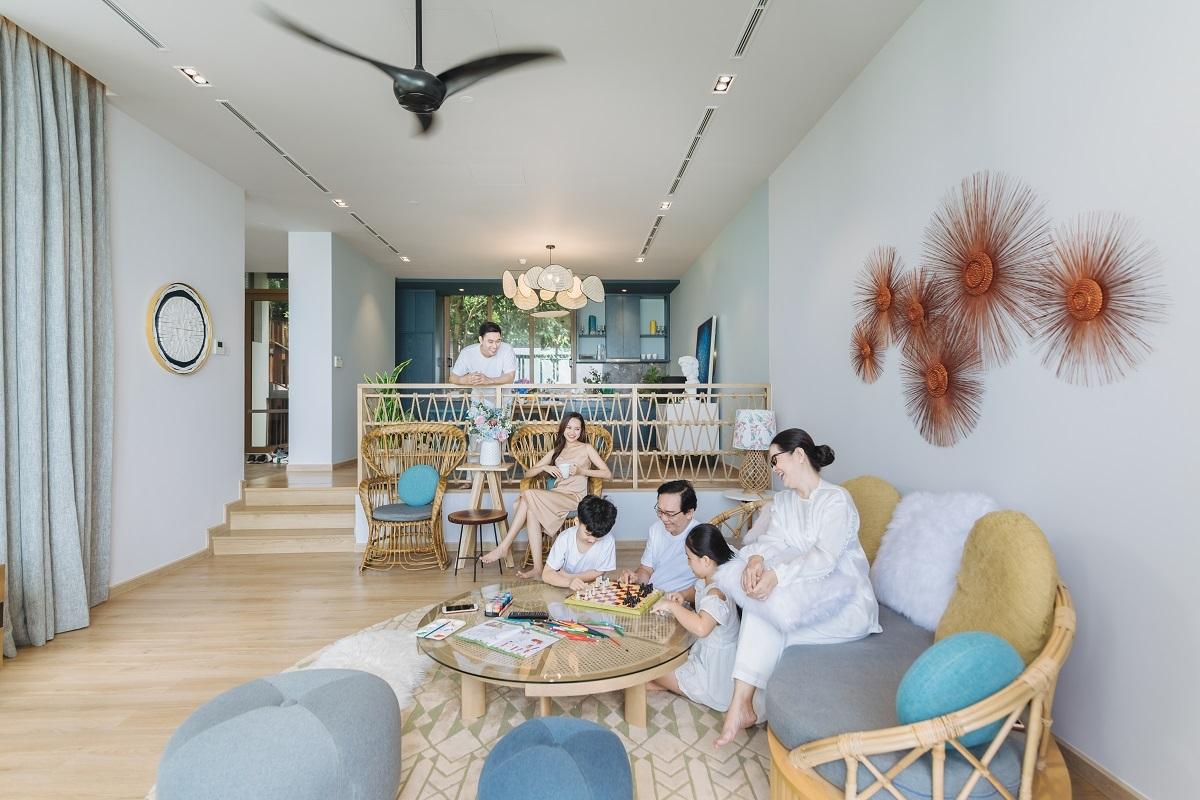 """Tận dụng cao độ tự nhiên, đội ngũ thiết kế áp dụng phương án giật cấp, tạo sự chênh lệch giữa không gian bếp và phòng khách. Thiết kế này bảo đảm, dù ở vị trí nào trong căn biệt thự, chủ nhân vẫn không bị che chắn tầm nhìn. """"Thử hình dung khi bạn đang say mê trong bếp, mắt vẫn bao quát lũ trẻ chơi đùa tại phòng khách bên ngoài, thi thoảng phóng tầm mắt ra ban công để ngắm biển trời Nam đảo, cảm nhận sức sống từ thiên nhiên tràn vào"""", chủ đầu tư cho biết."""