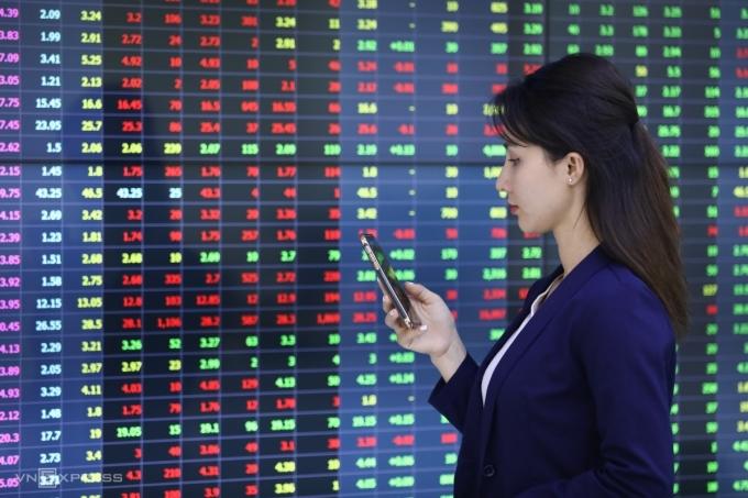 Nhà đầu tư theo dõi bảng giá tại sàn chứng khoán Yuanta Việt Nam. Ảnh: Quỳnh Trần.