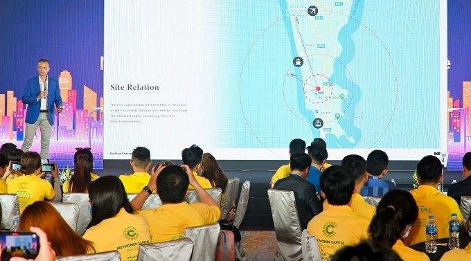 Ông Andrew R. Frost - Giám đốc DarkHorse Architecture thuyết trình về dự án. Ảnh: Tân Á Đại Thành.