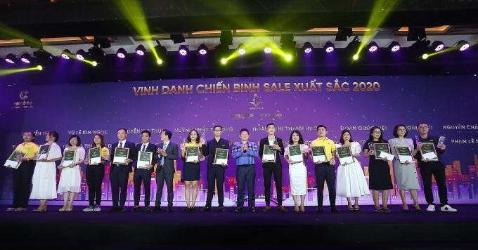 Hàng chục chuyên viên kinh doanh của các đại lý phân phối được chủ đầu tư tôn vinh, trao thưởng tại sự kiện. Ảnh: Tân Á Đại Thành.