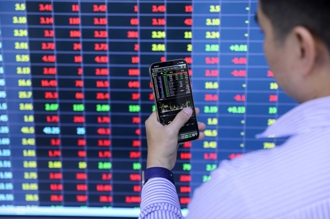 Nhà đầu tư theo dõi bảng giá tại Công ty Chứng khoán Yuanta Việt Nam. Ảnh: Quỳnh Trần.