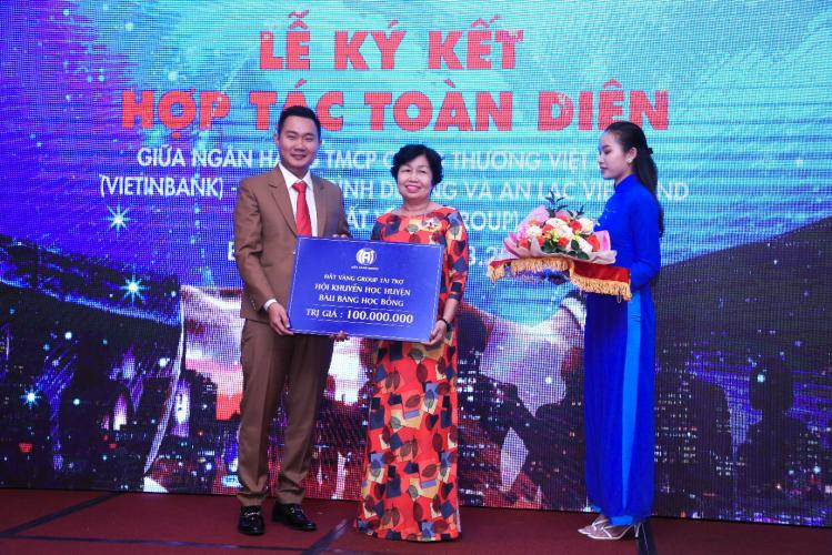 Ông Từ Đức Tú Anh - Phó tổng giám đốc Đất Vàng Group trao 100 triệu đồng ủng hộ Hội khuyến học huyện Bàu Bàng. Ảnh: An Lạc Việt Land.