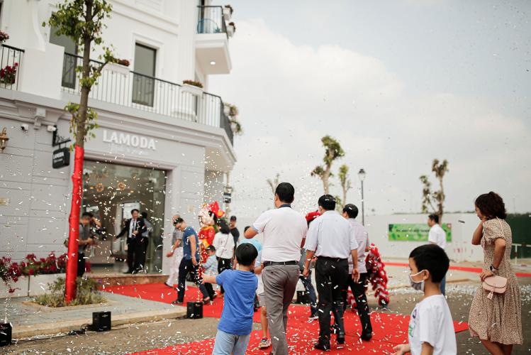 Khách hàng tham quan nhà mẫu EcoCity Premia tại Đắk Lắk.