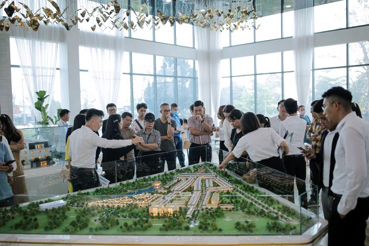 Nhà đầu tư và khách hàng tìm hiểu về dự án.