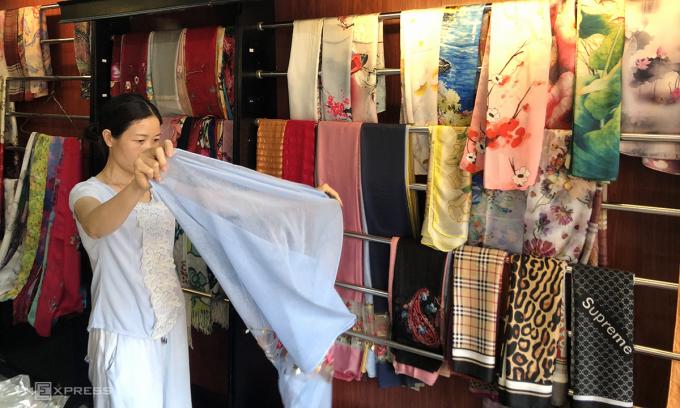 Chị Lý, bán hàng tại Hội An từ năm 2013 thu dọn hàng để chuẩn bị trả lại mặt bằng. Ảnh: Anh Tú