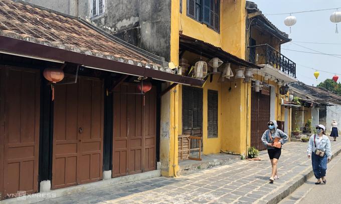 Một dãy các hàng quán đóng cửa trên đường Trần Phú, Hội An cuối tháng 3/2021. Ảnh: Anh Tú