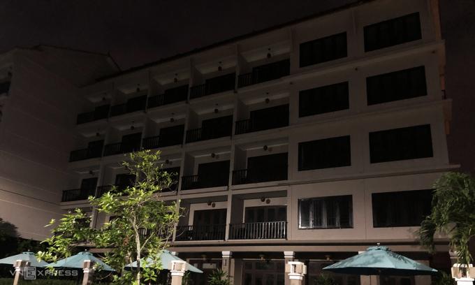 Một khách sạn ở Phan Đình Phùng, Hội An không có một phòng nào sáng đèn tối Chủ nhật. Ảnh: Anh Tú