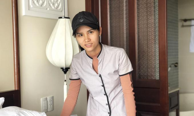 Lai, nhân viên dọn dẹp phòng duy nhất còn lại tại Cozy Savvy, 14 đồng nghiệp của chị đã nghỉ việc. Ảnh: Phương Ánh