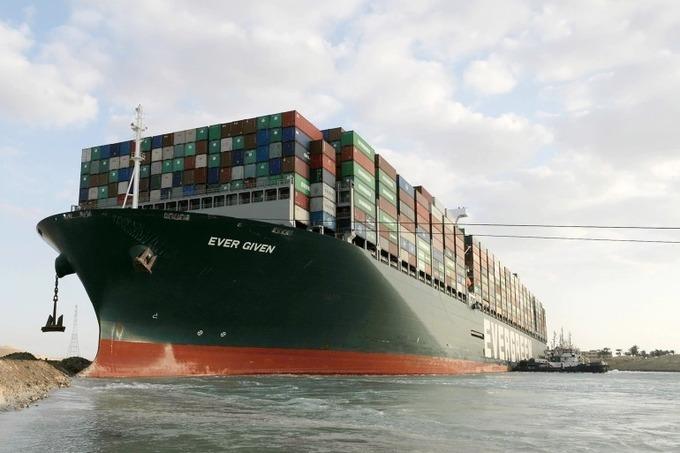 Tàu Ever Given mắc kẹt tại kênh đào Suez tuần trước khiến chuỗi cung ứng hàng hoá toàn cầu bị gián đoạn. Ảnh: EPA.