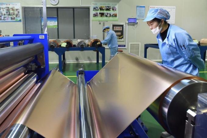 Công nhân trên dây chuyền sản xuất đồng tấm tại nhà máy của Tập đoàn kim loại màu Tongling ở Đồng Lăng, Trung Quốc. Ảnh: Reuters.