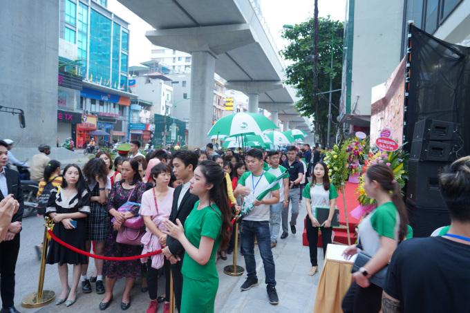 Hàng nghìn khách hàng tham dự sự kiện khai trương Thu Cúc Mega Beauty Center Cầu Giấy.