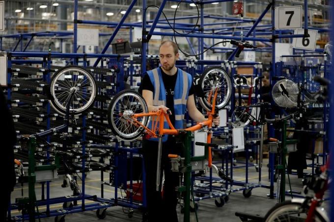 Bên trong nhà máy của Brompton Bicycle. Ảnh: AP.
