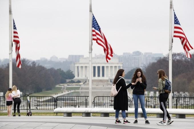 Mọi người tập trung gần Đài tưởng niệm Washington ở Washington DC ngày 25/3. Ảnh: Xinhua.
