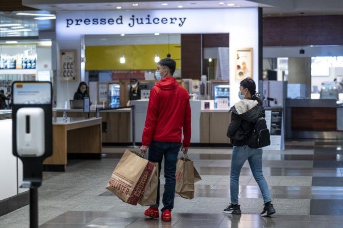 Người Mỹ đi mua sắm tại một trung tâm thương mại ở San Francisco vào tháng 3/2021. Ảnh: Bloomberg.