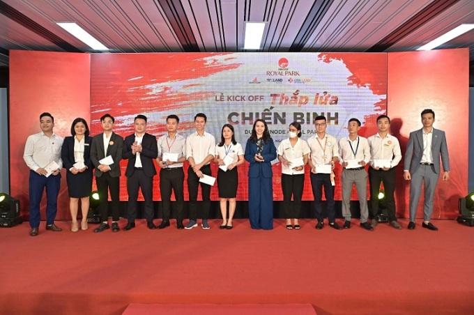 Các chuyên viên kinh doanh được vinh danh tại lễ ký kết.